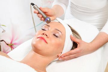 Ultraschallbehandlung im Gesicht