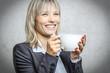 Blonde Frau mit Kaffeetasse