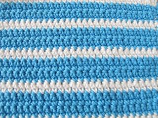 Häkelmuster Hintergrund aus festen Maschen in Weiß und Blau