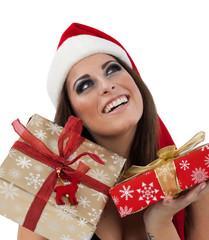 Donna sorridente con regali di Natale