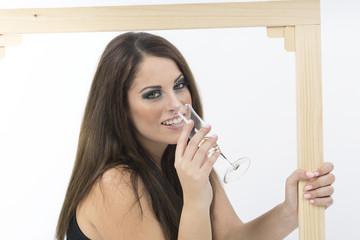 Donna che brinda con cornice
