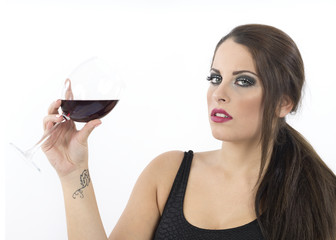 Donna che brinda con vino rosso
