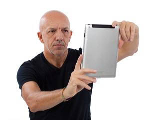 Uomo con tablet