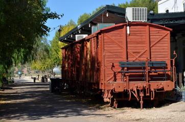 Tren en estación de ferrocarril abandonada