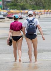 Pärchen beim Strandspaziergang