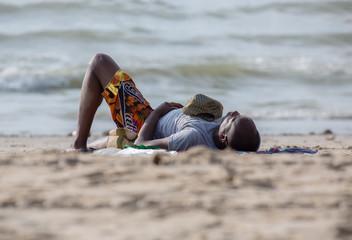 Cooler Sonnenanbeter am Strand
