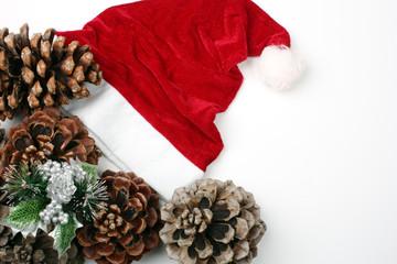 Cappello di Babbo Natale e pigne