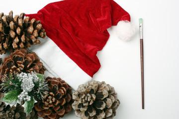 Cappello di Babbo Natale e pigne #2