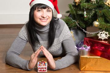 Портрет красивой девушки у новогодней елки.