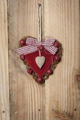 Coeur en velours rouge sur bois
