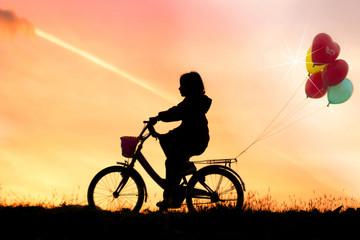 bisiklet süren kız çocuğu