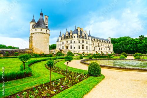 Papiers peints Chateau Chateau de Chenonceau Unesco medieval french castle and pool gar