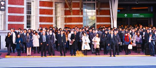 東京駅の丸の内北口で信号待ちをする会社員達