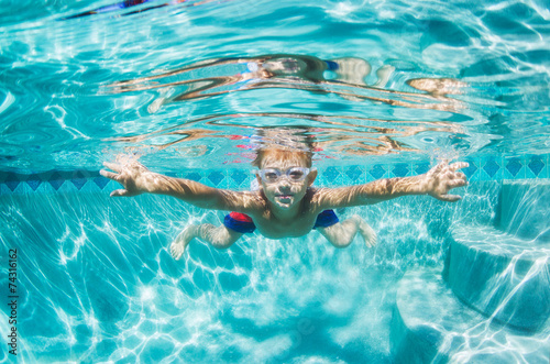 Papiers peints Plongée Young Boy Diving Underwater in Swimming Pool