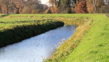 Wasser fließt ruhig im Fluss