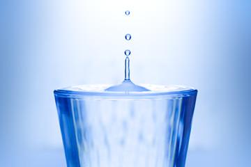 Bere un bicchiere d'acqua