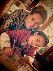 Abuela dibujando con su nieta