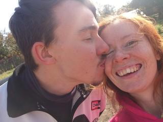 Парень целует девушку в щеку