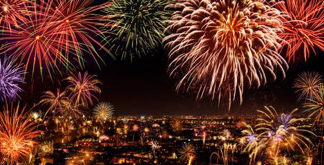 Stimmungsvolles Feuerwerk über der Stadt