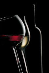 Calici di vino con bottiglia