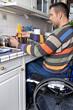 Rollstuhlfahrer kocht Nudeln