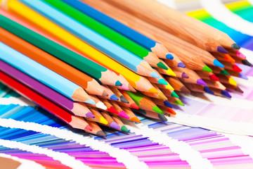 crayons de couleurs sur un nuancier