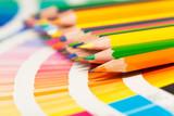 Fototapety crayons de couleurs sur un nuancier