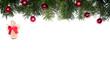 isolierte Tannenzweige mit Christbaumkugeln und Engel