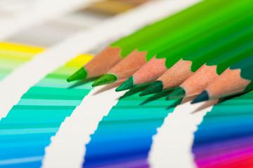 crayons de couleur verte sur un nuancier de vert bleu