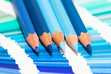 crayons de couleurs bleu sur un nuancier de teintes bleues