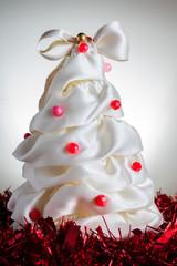Albero di Natale fatto a mano e ghirlande, sfondo grigio
