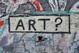 Art ? Graffiti sur mur de briques dans la rue.