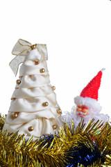 Albero di Natale a mano e ghirlande blu e gialle, babbo natale