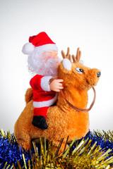 Babbo Natale su renna in mezzo alle ghirlande blu