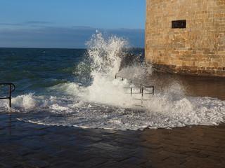 Wellen an die Festungsmauer