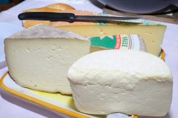 Tagliere di formaggi valdostani, formaggi stagionati