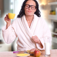 Frau im Morgenmantel beim Kaffee genießen - Fruhstück