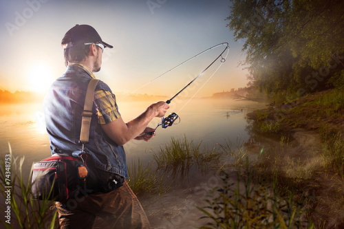 Aluminium Vissen Young man fishing at misty sunrise