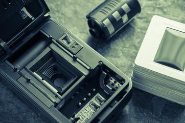 裏蓋を開けたフィルムカメラ