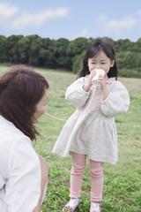 糸電話で遊ぶ母親と子供
