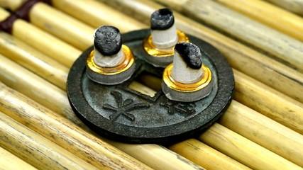 Brennende Moxakegel auf einem Drehteller