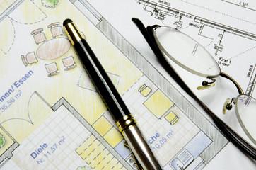 Grundrisse mit Füller und Brille