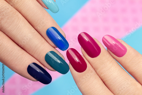 Foto op Aluminium Manicure Синий розовый маникюр.