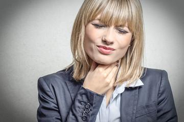 Blonde Frau hat Halsschmerzen