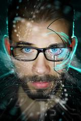 Uomo e contenuti multimediali con occhiali