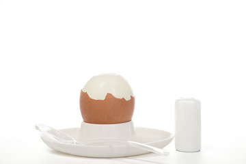 Gekochtes Ei in  Eierbecher  vor weißem Hintergrund
