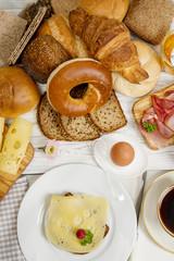 Frühstückstisch mit  Käsebrot, Schinken und  Kaffee