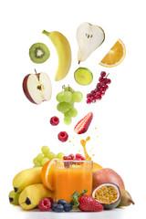 Frische Früchte über Glas Fruchtsaft,