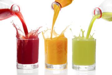 Fruchtsäfte ins Glas schütten, Kiwisaft, Johannisbeersaft