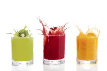 Fruchtsäfte im Glas, Kiwisaft, Johannisbeersaft, Orangensaft